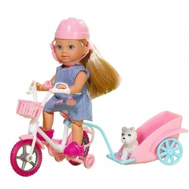 Papusica evi cu animalut la plimbare cu bicicleta